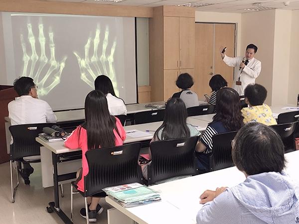 共用光田綜合醫院風濕免疫科醫師洪國棟站立者向病友說明類風濕性關節炎 5fec8